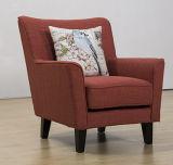 Sofá individual de tela con un sólido marco en el diseño bien