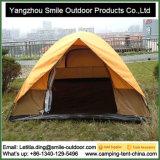 風の抵抗力があるイベント3人のキャンプの二レベルのテントをおおう