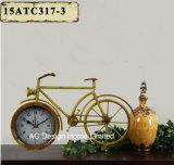 Orologio grigio del piano d'appoggio del metallo di figura della bicicletta dell'oggetto d'antiquariato della decorazione dell'annata