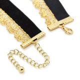 金カラーかぎ針編みのチョークバルブのネックレスが付いている二重層のハンドメイドの黒いビロード