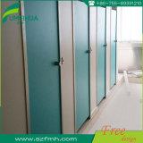 Aprontar compartimentos brancos modernos feitos do toalete da escola da cor