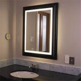 Miroir décoratif éclairé à contre-jour de mur allumé par DEL de salle de bains d'hôtel
