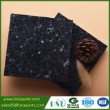 Pietra nera artificiale del quarzo con i chip bianchi