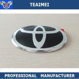 車はトヨタのためのロゴの名前入りの記章を決め付ける