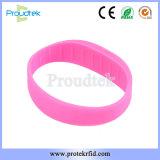 Braccialetto di gomma impermeabile del silicone F08 di RFID del Wristband piano del chip per il randello di forma fisica e la sosta di sport