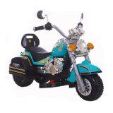Moto de couleur verte pour que les gosses conduisent sur le jouet
