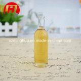 El licor bebe la botella de cristal del alcohol con el tapón de tuerca