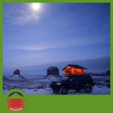 LEDライトが付いている冒険のキャンプ車の屋根の上のテント