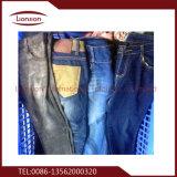Vestiti utilizzati poco costosi dopo l'ordinamento dell'imballaggio