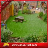 Césped sintetizado de la hierba que ajardina el césped artificial de la hierba para el jardín