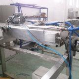 チョコレート製品のための機械を飾っている1人の専門にされた製造者