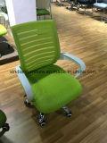 매니저 두목과 실무자에 의하여 이용되는 사무실 메시 회의 의자