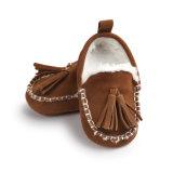 男の子の女の子のHandmadetasselのプラシ天の柔らかいSoledの冬のウォームブートのモカシンの最初歩行者の靴