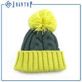 編まれたラベルが付いている北極の羊毛の首のウォーマーの帽子