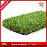 Hierba artificial natural del césped que ajardina para el jardín