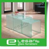عشب زجاجيّة جانب طاولة في لون واضحة