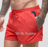Gli Shorts rossi 100% di modo del poliestere per gli uomini nuotano i pantaloni di scarsità