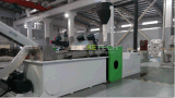 Einzelner Plastikschraubenzieher im Plastikfilm, der Granulierer-Maschine aufbereitet