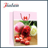 Valentinstag-rote Rosen, die Einkaufen-Träger-Geschenk-Papiertüten packen