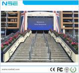 Bordo della strada esterno dello schermo di visualizzazione del LED P5 che fa pubblicità alla visualizzazione di LED