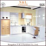 現代様式の白またはクルミカラー食器棚