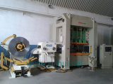 ストレートナが付いているコイルシートの自動送り装置および出版物機械および出版物ラインのUncoilerの使用