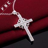新しいジルコンの女性の宝石類の銀によってめっきされる十字の吊り下げ式のネックレス