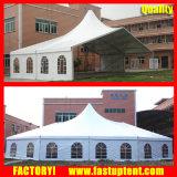 Hohe Spitzen-Pole-Zelt, Aluminiumrahmen-Zelt, das in Wiese installiert