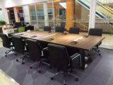 現代黒い旋回装置の執行部の椅子