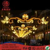 سنة جديدة خارجيّة [لد] عبر شارع عيد ميلاد المسيح زخرفة أضواء
