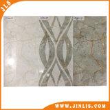 Azulejos y frontera de cerámica de la pared de la cocina y del cuarto de baño