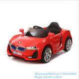 Conduite d'enfants sur le véhicule électrique de gosses de jouets