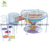 Campo de jogos interno da grande criança comercial com rede do arco-íris