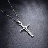 白い金のめっきされた十字の吊り下げ式の女性の模造宝石類のネックレス