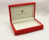 赤く光沢度の高い木のネックレスの宝石類の包装ボックス