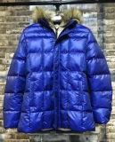 方法新しい人は長く擬似毛皮のフードが付いているパッドを入れられたジャケットを対比する