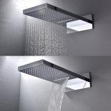 Acquazzone termostatico fissato al muro della stanza da bagno