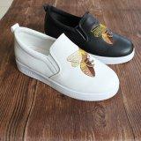Выскальзование 2017 новое ботинок женщин типа на ботинках с пчелой вышивки