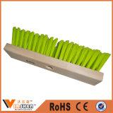 La pulizia della famiglia lavora la scopa di plastica della spazzola di pavimento della fibra dura