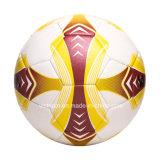 Personas 4 de la talla regular 5 que entrenan al balón de fútbol durable