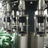 Las bebidas carbonatadas llenan la máquina que capsula para la botella de cristal