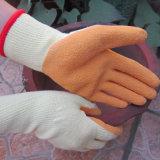 С другой стороны с покрытием из латекса защиты безопасности с помощью такелажника хлопка рабочие перчатки