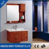 Новая конструкция из дерева в ванной комнате в коммерческих подразделений в левом противосолнечном козырьке