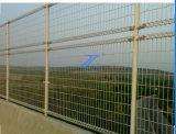 Doppia recinzione del ponticello e della strada del ciclo