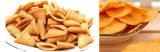 Ser humano que come las virutas de maíz que hacen la máquina del alimento de la producción de la viruta de tortilla de la máquina