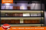 A extremidade alta folheado de madeira de teca de madeira personalizado com armário de cozinha branco