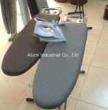증기 다리미와 철 홀더를 가진 호텔 은 다림질 테이블