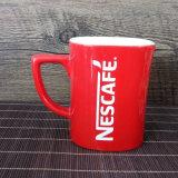 工場はブランドのロゴによって印刷された赤い磁器のマグをカスタマイズした