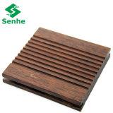 Suelo de bambú del puente al aire libre con el bambú tejido hilo