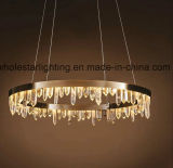 Klassischer Leuchter mit Kristallstücken